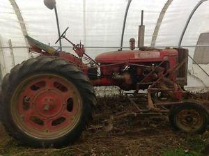 Sarcleur - budding à doigts de caoutchouc, sous le tracteur