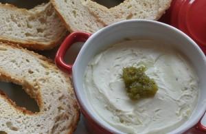 Bagel au fromage à la crème à la fleur d'ail fermentée dans l'huile du Petit Mas