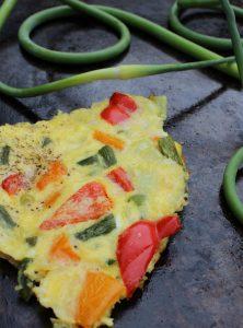 Frittata aux poivrons et aux fleurs d'ail fraîches