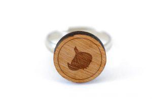 bague en bois étampée avec une gousse d'ail