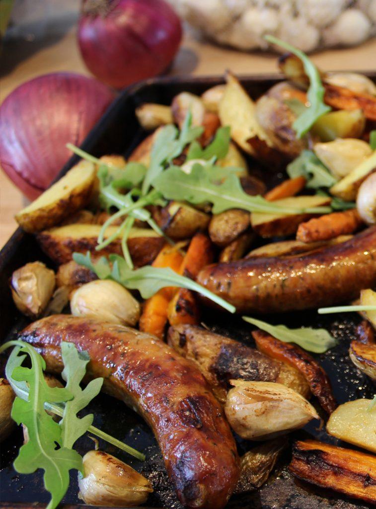 Plaque de légumes d'hiver aux fleurs d'ail, saucisses et ail confit