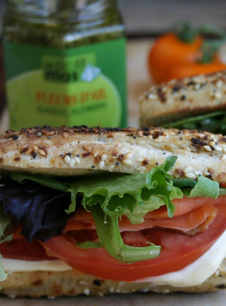 Sandwich poisson fumé et mayonnaise aux fleurs d'ail